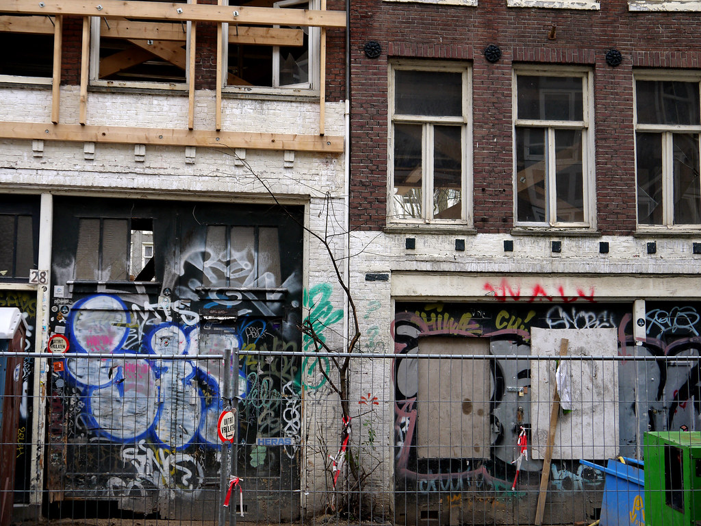 2014.01 - Amsterdam photo, Old house-fronts with graffiti-tags, waiting for renovation in the street Nieuwe Kerkstraat; a geotagged free urban picture, in public domain / Commons CCO; city photography by Fons Heijnsbroek, The Netherlands